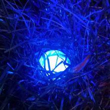 Golfball im Rough angeleuchtet mit dem speziellen Licht des Golfball-Uhu LED Ballfinder