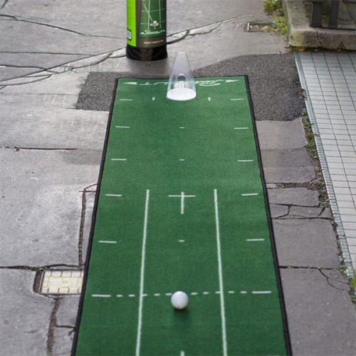 PuttOut Puttingmatte Grün Golf 50x240cm inkl Transportbeutel mit Trainer auf Strasse