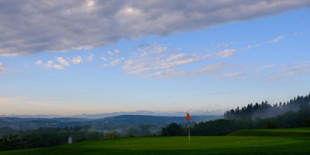 Golfanlage Gut Rieden Green mit Blick auf die Berge