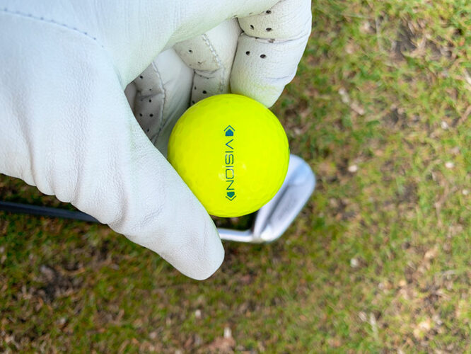 Golfbälle im Test Vision Pro Tour X UVee® Yellow in Hand